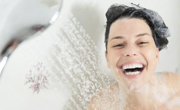 's Avonds of 's ochtends douchen, wat is beter?